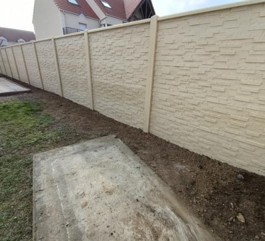 Installation de Mur Matricé imitation pierre par DOLLEANS SERVICE à Gaillon, le 27